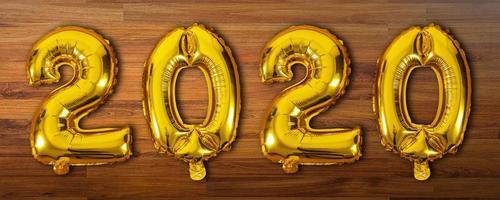 Ballons numéro 2020 sur fond de bois
