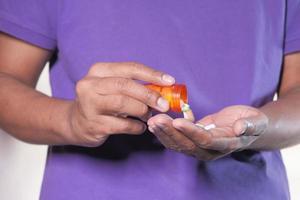 homme prenant des pilules
