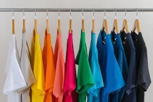 gros plan de t-shirts sur cintres, fond de vêtements