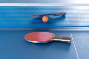 raquette et balle de tennis de table photo