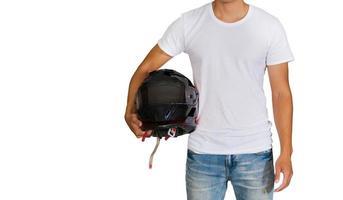 homme en t-shirt blanc tenant un casque photo