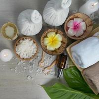 vue de dessus, composition de traitement spa sur table en bois photo