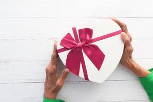 coffret cadeau en forme de coeur blanc photo