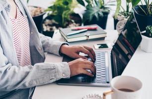 femme travaillant sur un espace de travail nature propre à la maison avec un ordinateur portable