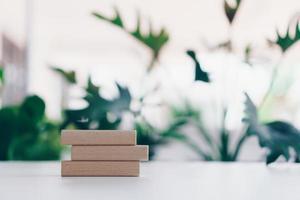 planches de bois vierges avec fond de nature photo