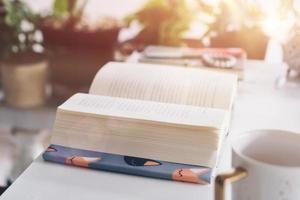 livre sur table dans la zone de l & # 39; espace de travail avec fond de nature