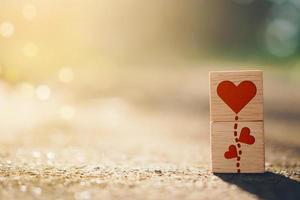 cube en bois avec des icônes de signe de coeur avec la lumière du soleil