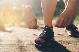 femme portant des chaussures de course et en cours d & # 39; exécution sur fond vert nature photo