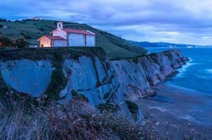 église sur falaise au coucher du soleil photo