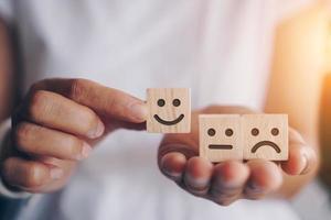 visage souriant et icône de panier sur des cubes de bois