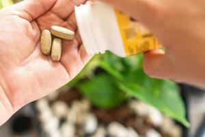 Vue de dessus du comprimé de médecine alternative biologique sur la main de la femme