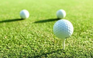 balles de golf sur tees photo