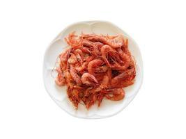 Tas de crevettes sur une plaque blanche sur fond blanc