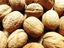 tas de noix entières photo