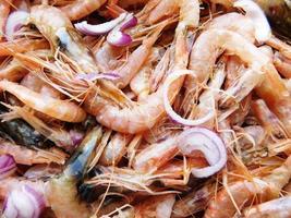 tas de crevettes crues