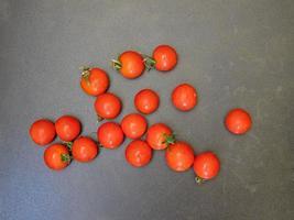 tomates sur un fond de table sombre photo