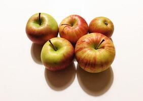 cinq pommes sur fond blanc photo