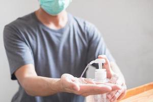 Les mains de l'homme à l'aide d'un distributeur de gel désinfectant pour les mains contre le nouveau coronavirus ou covid-19, concept d'hygiène et de soins de santé
