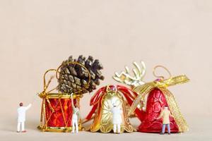 travailleurs miniatures peignant une décoration de Noël, Noël et bonne année concept photo