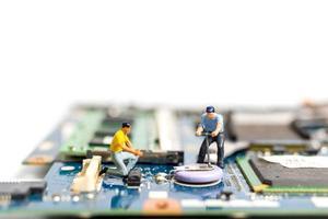 personnes miniatures travaillant sur une carte cpu, concept technologique photo