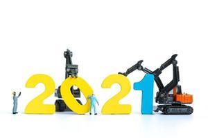 travailleurs miniatures construisant des numéros en bois 2021, concept de bonne année