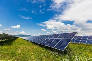 panneaux solaires sur fond de ciel bleu