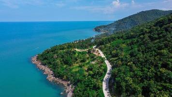 vue sur la route de l'île en thaïlande