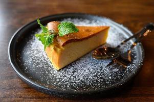 gâteau au fromage avec feuilles de menthe photo