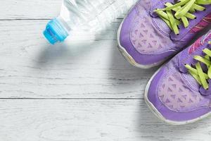 chaussures de course et eau en bouteille photo