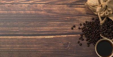 tasse à café et grains de café sur la table photo