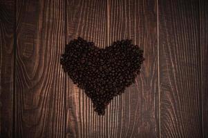 grains de café disposés en forme de coeur photo