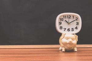 montre et concept d & # 39; économie d & # 39; argent de porc photo
