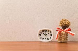 horloge et pot de fleurs sur la table