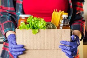 femme bénévole tenant une boîte de don