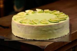 Cheesecake au citron vert sur la vieille planche de bois photo