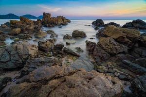 beaux rochers au bord de la plage photo