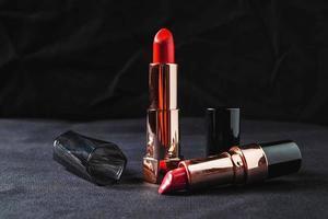 tubes de rouge à lèvres sur un chiffon noir