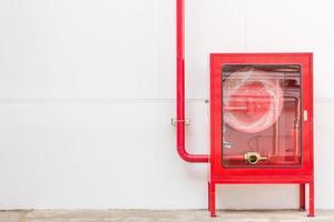 armoire et extincteur de tuyau d'incendie rouge photo