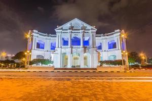 le bâtiment de l'hôtel de ville d'ipoh et le monument commémoratif de guerre à ipoh. Malaisie photo