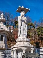Statue bouddhiste dans le temple de Bongeunsa à Séoul, Corée du Sud photo