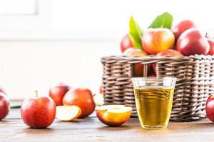 jus de pomme en verre et pommes dans le panier