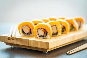 Rouleaux de sushi au saumon sur plaque de bois