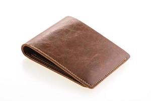 Portefeuille en cuir marron sur fond blanc
