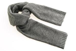 écharpe grise sur fond blanc