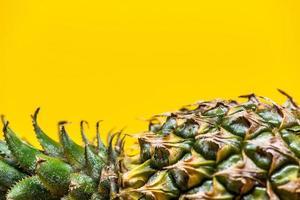 ananas couché sur fond jaune simple photo