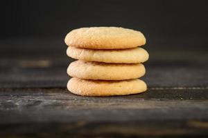 tas de cookies sur table en bois