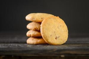 Tas de biscuits à l'avoine sur table en bois