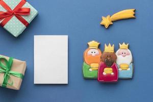 trois biscuits du jour des rois et une note vierge avec des cadeaux photo