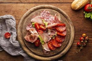 vue de dessus d'un arrangement de salami