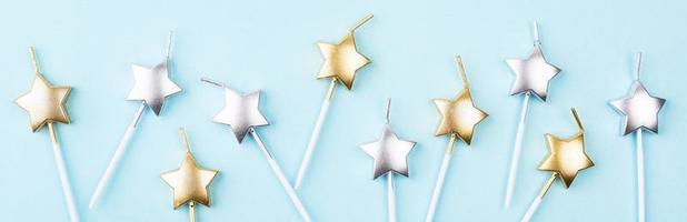 bougies étoiles sur fond bleu